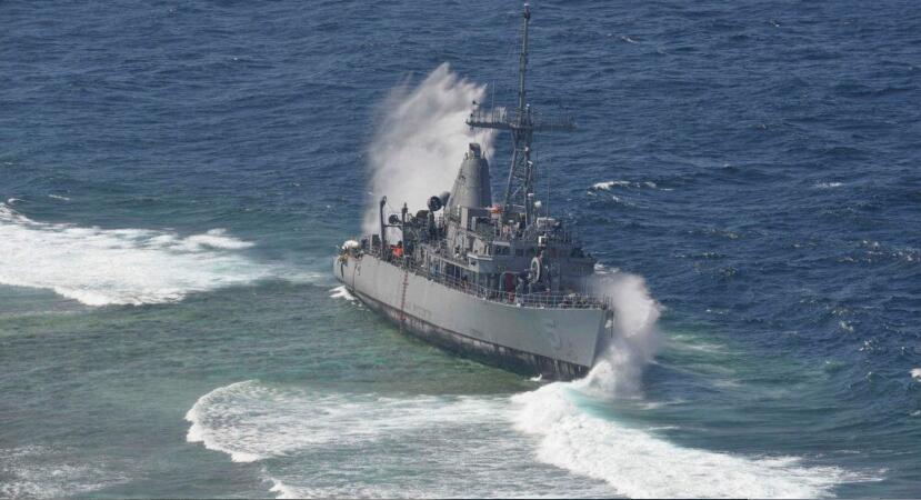 一艘英国扫雷舰在停靠时两次和友舰相撞,船体被开了个洞