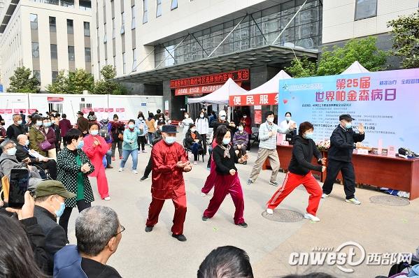 西安交通大学第一附属医院帕金森病术后患者表演太极拳