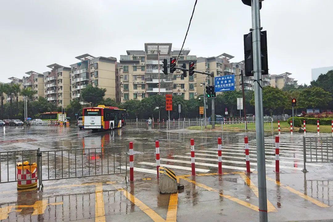 加设红绿灯、防护栏,洛浦这所小学门前交通秩序变了样