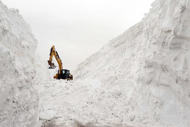 土耳其村庄交通受阻 道路积雪深达15米