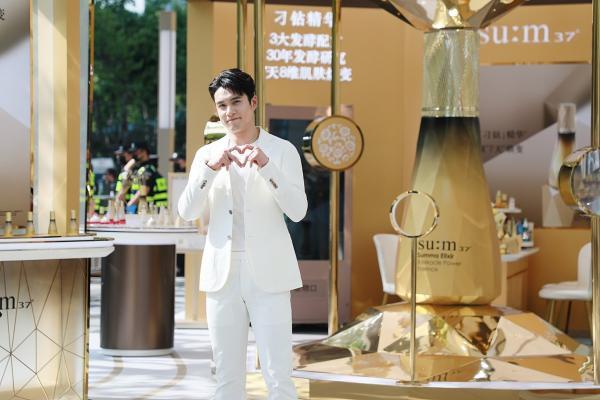 韩东君纯白西装简直真·白马王子 对镜比心疯狂撩粉帅气十足