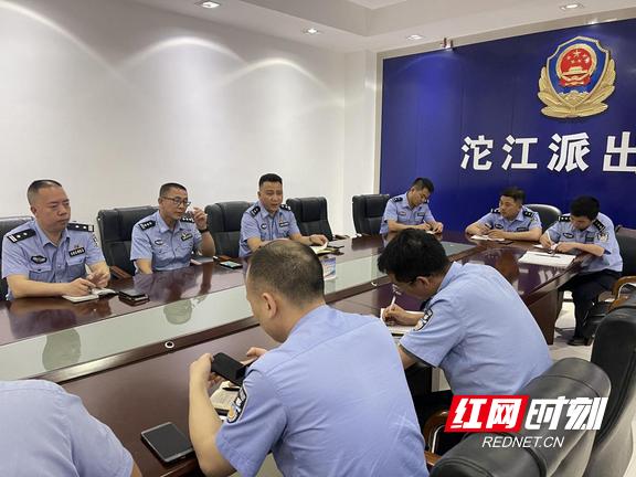 凤凰:沱江派出所召开防汛工作部署紧急会议