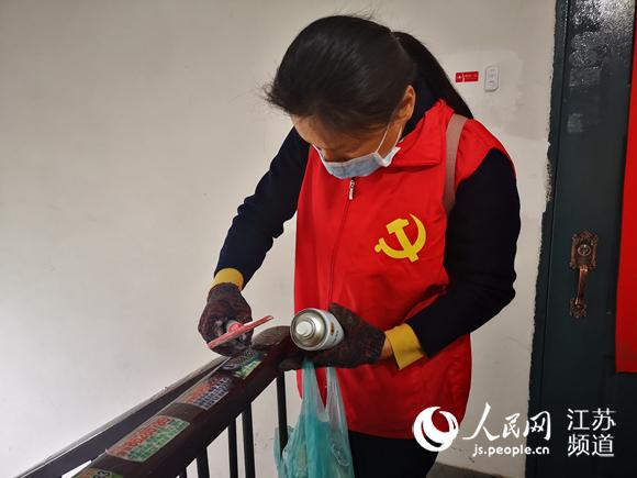 无锡江阴:志愿者清除楼道小广告