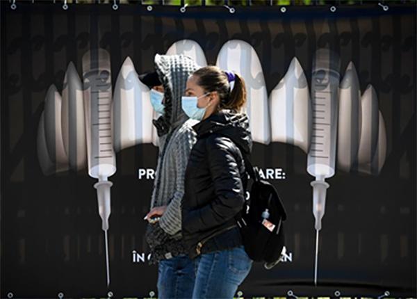 """罗马尼亚""""吸血鬼城堡""""免费给游客打疫苗:广告上獠牙改成注射器"""