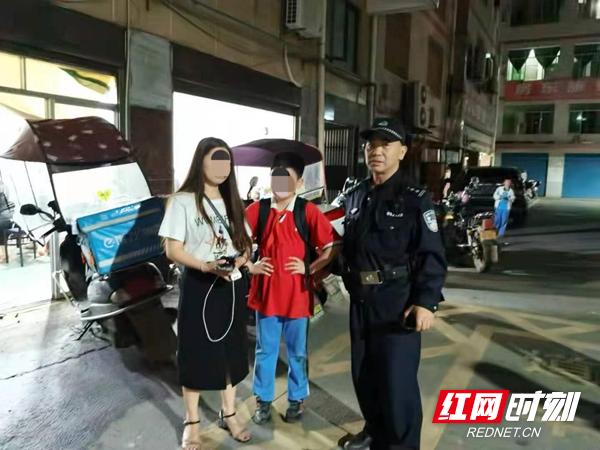 12岁小学生负气出走 韶山公安民警夜晚寻回