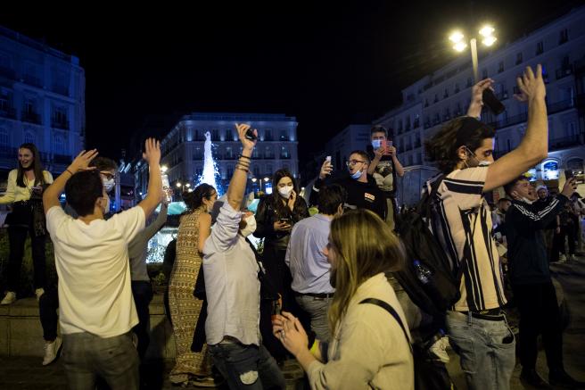 西班牙国家紧急状态结束 多地民众聚集庆祝增大疫情扩散威胁