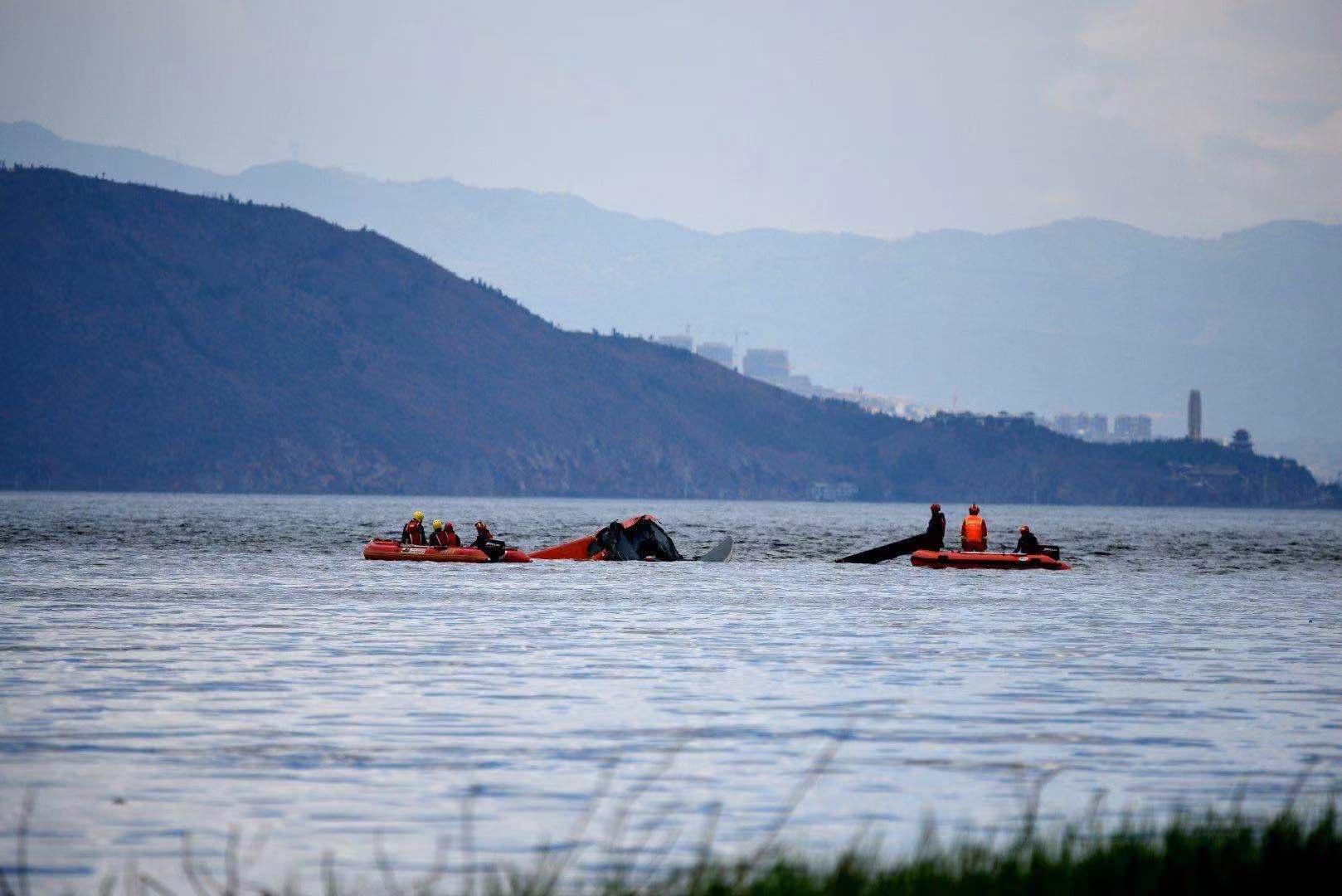 洱海坠机2人死亡2人仍在搜救:残骸已被拖至廊桥,现场煤油味很重