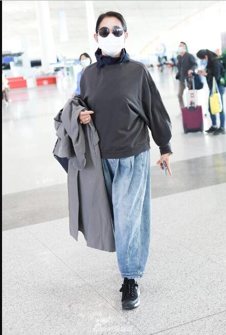61岁倪萍近照状态好,曾因减肥过度身体吃不消,走路需朱迅搀扶