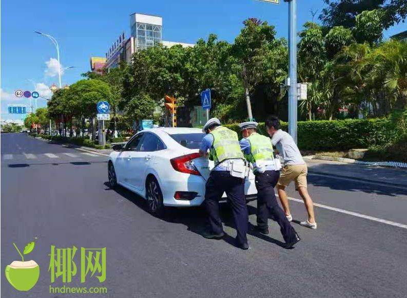 小轿车突发故障停在行车道 东方交警帮推车