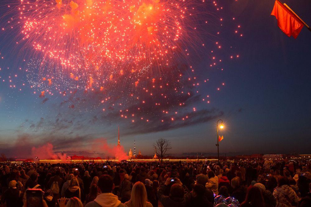 俄罗斯圣彼得堡燃放烟花纪念卫国战争胜利76周年