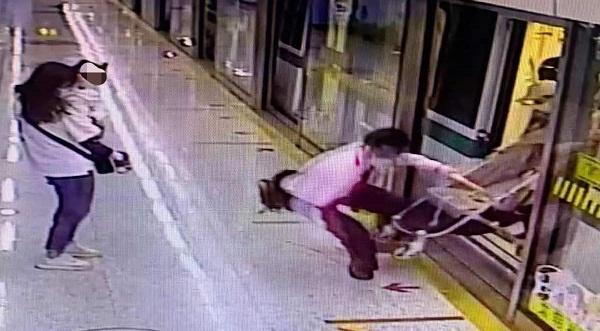 婴儿手推车卡在车厢和站台之间