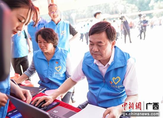 广西百色市委书记注册为志愿者带头开展志愿服务