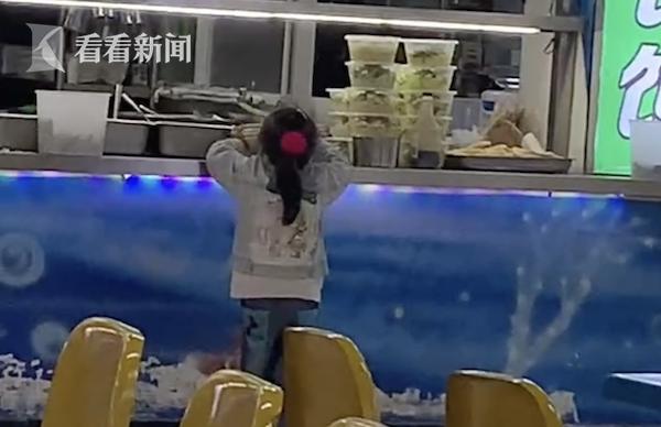 小棉袄帮爸妈收拾碗筷 网友:懂事得让人心疼