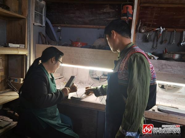 """""""雕""""开乡村旅游之门———记2021年湖南省五一劳动奖章获得者胡杨"""
