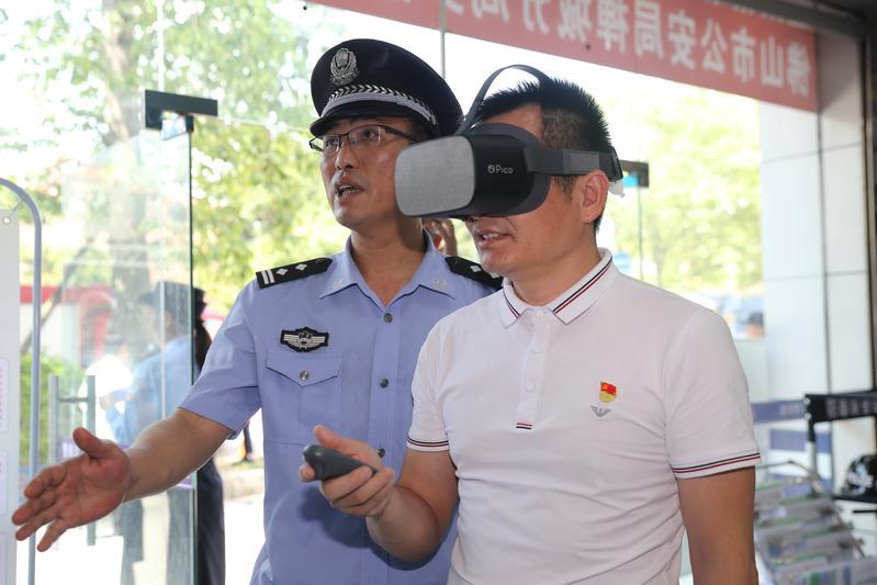 """市民身临其境体验""""平安课堂""""!禅城公安启用""""VR警务室""""罗格社区警务室"""