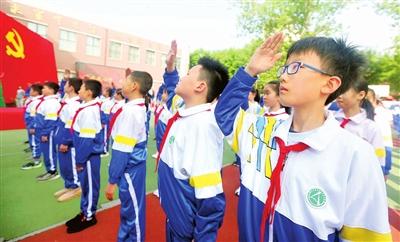 10万师生 同升国旗(图)