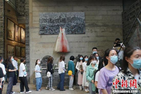 四川建川博物馆纪念汶川特大地震13周年 民众向遇难者献花