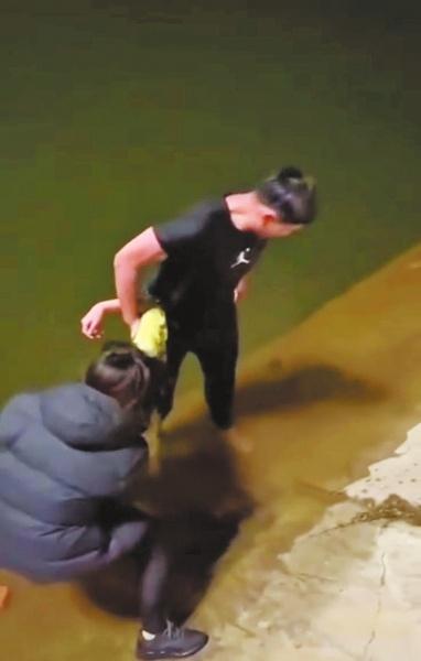 情侣夜间河边散步遇12岁女孩落水 小伙跳河施救女友岸上接应