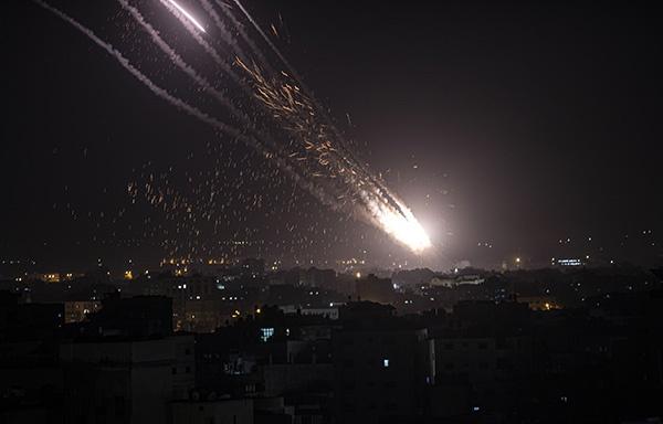 以色列空袭加沙地带住宅楼,哈马斯向特拉维夫发射百枚火箭弹