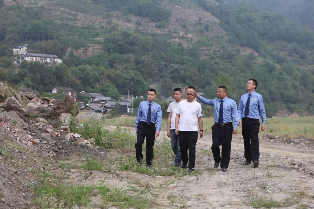 保护地震遗址 四川青川东河口公园清理河滩