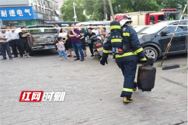 饭店厨房突发大火 株洲消防拎出两个液化气罐