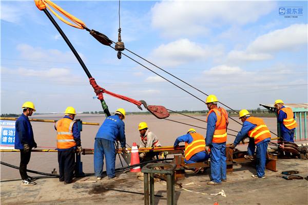 全国首座钢斜拉桥——胜利黄河大桥维修改造工程第一组斜拉索换索成功