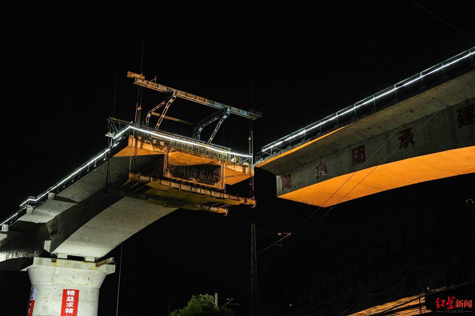 """万吨""""庞然大物""""成功转身,成昆铁路扩能改造工程冕山双线特大桥合龙"""