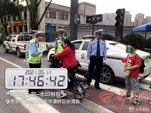 闯红灯、违规载人 西安灞桥交警一天纠正行人与非机动车违法122例