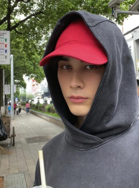 利路修长沙街头散步被偶遇 网友:下一站是哪里?