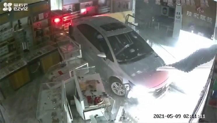 潮州一小轿车撞击商场外墙后又冲入商店