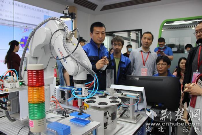 """全国融媒记者在湖北生态工程职业技术学院看机器人""""飞檐走壁"""""""