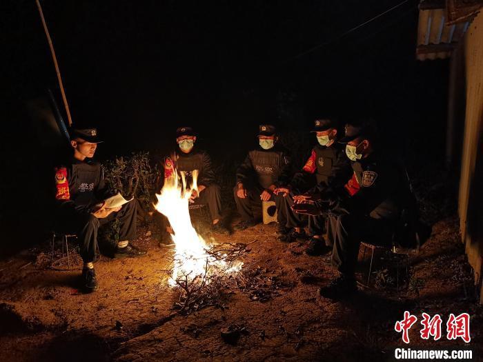 """云南普洱:边境线上""""火塘夜校""""热火朝天"""