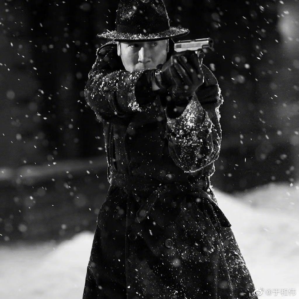 于和伟晒《悬崖之上》角色剧照 雪中持枪身姿矫健