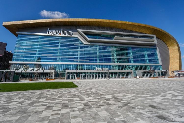 雄鹿官方:季后赛将把主场座位开放度提升至50% 总数为9000个