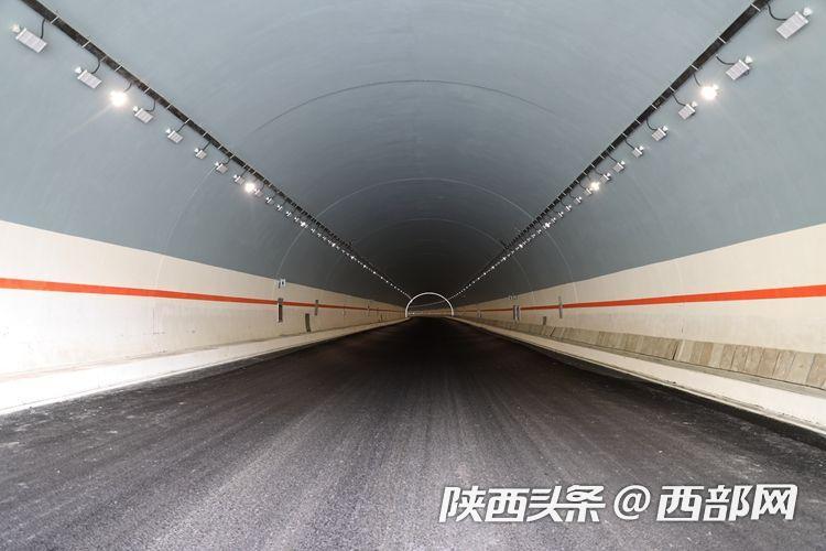 建设规模世界第一的秦岭天台山特长隧道进入沥青铺设阶段