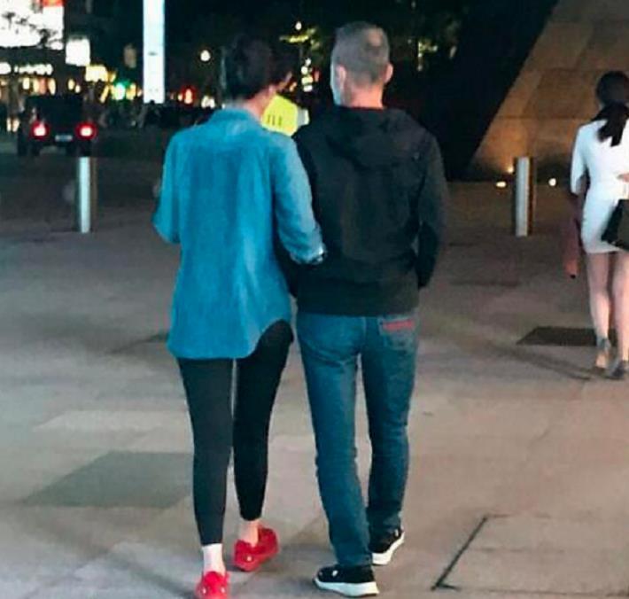 70岁王石与小30岁娇妻被拍,手挽手甜蜜似热恋,头发花白稀疏显秃