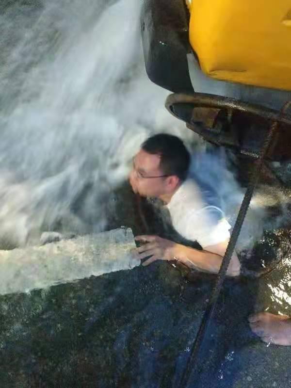 视频   为关闭阀门 庆元一抢修人员跳入一米多深的阴井!