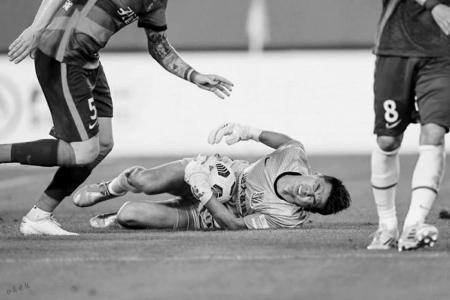 申花门将带伤打完比赛