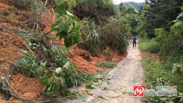 洪江市托口镇:连夜抢修塌方道路  确保群众安全出行