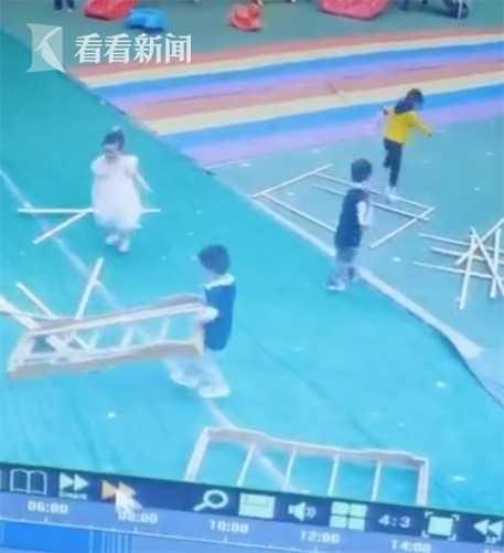 搬床变拆床!幼儿园4个小朋友把午睡床拆了玩游戏-小柚妹站