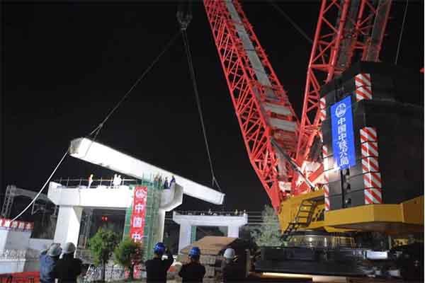 """山西原平:165吨大块头上演""""空中芭蕾"""""""
