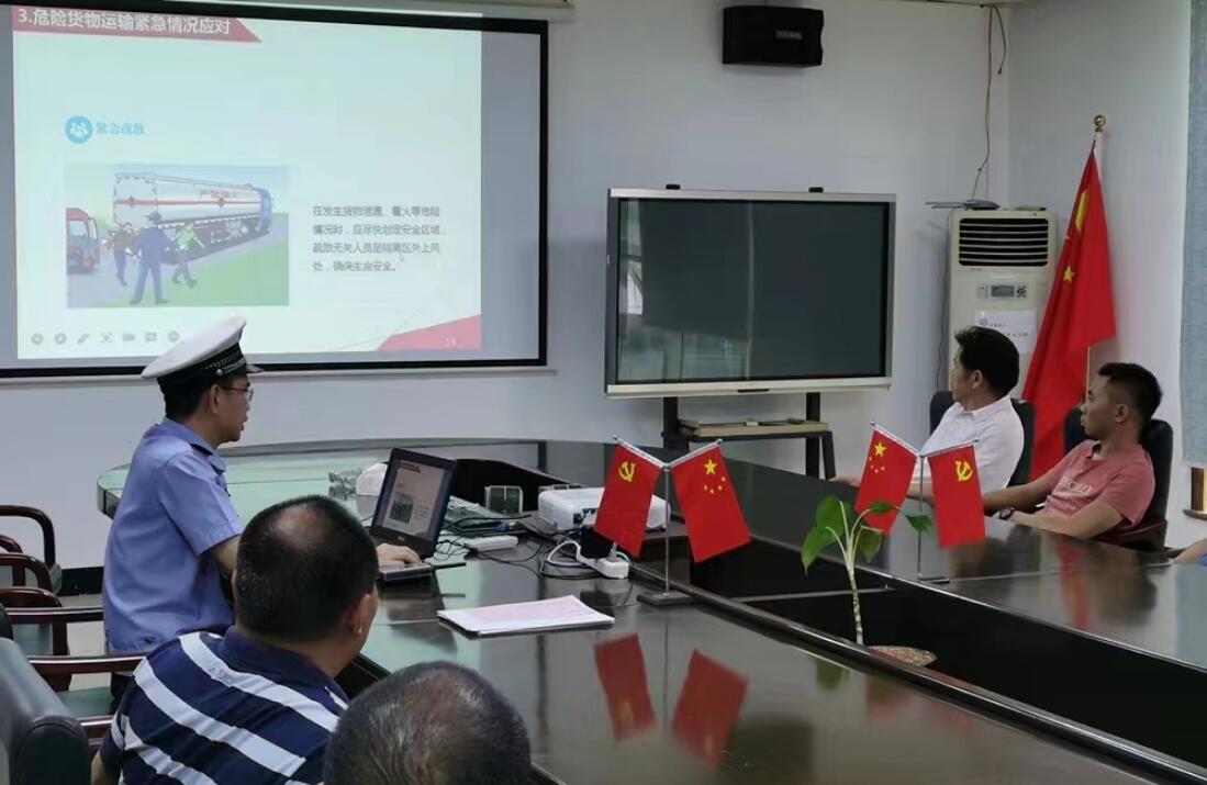 樟木头交警深入辖区危化品运输企业检查宣传