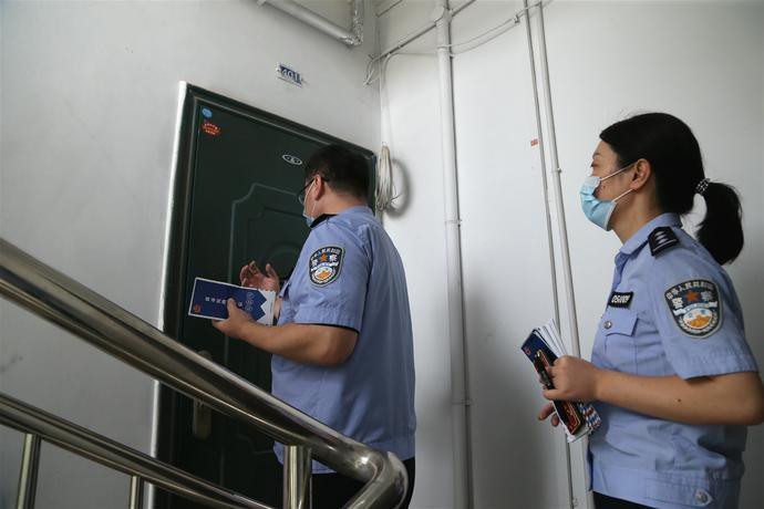 荆州市首批!下沉社区党员民警入户开展反诈宣传