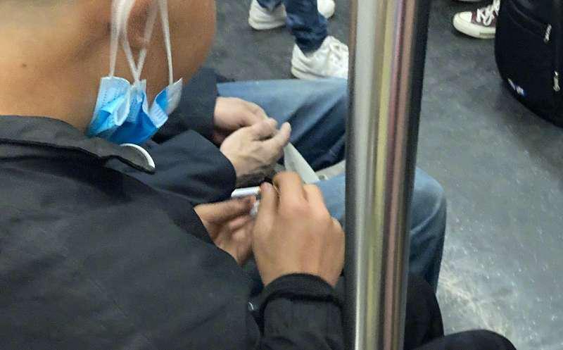 壹现场丨北京地铁15号线男子车厢内吸烟被举报   警方:行拘