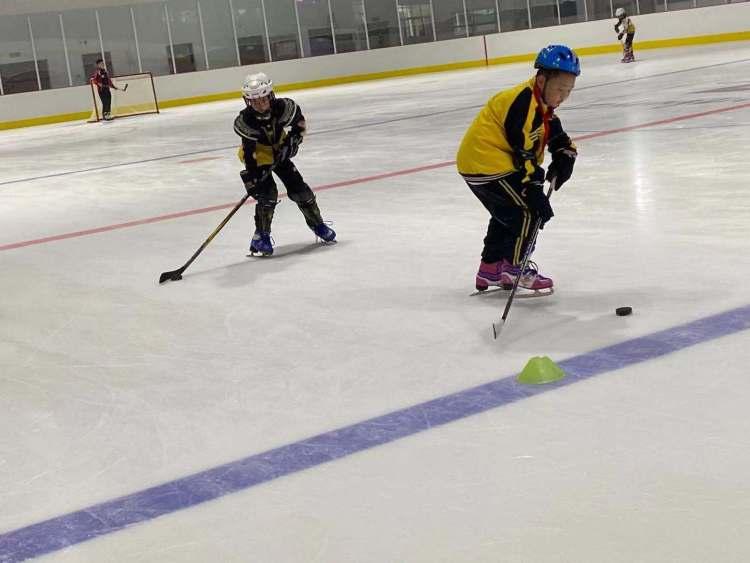河北正定县有个冰球俱乐部