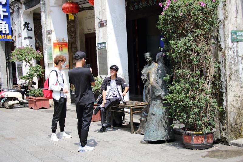 【不文明旅游曝光台】游客坐雕塑上拍照