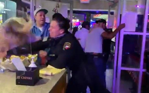 美国达拉斯一餐厅保安对醉酒顾客拳打脚踢 将其赶出去