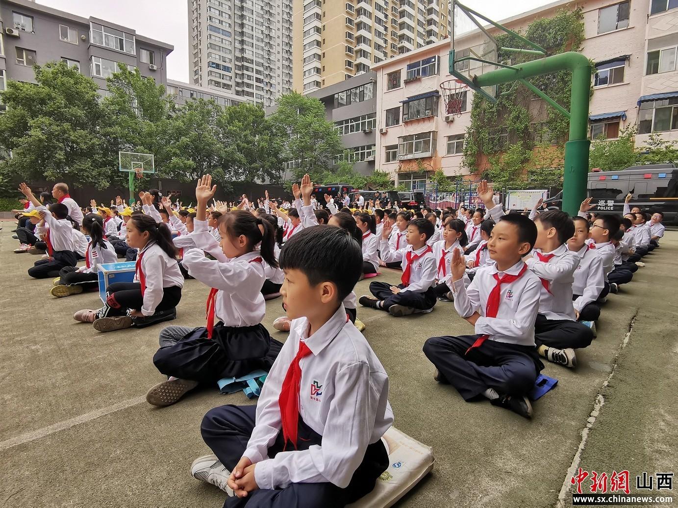 """别样的安全教育体验  太原市青年路小学举行""""巡警进校园""""活动"""