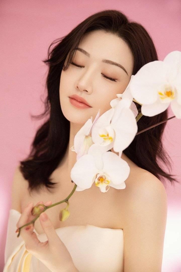 景甜穿白色抹胸裙好清新 搭靓丽耳坠手捧鲜花仙气十足