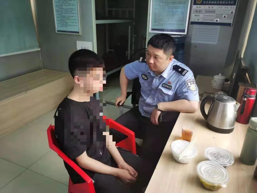 株洲男孩在公安岗亭独自逗留,警察发寻人信息被校长看到了
